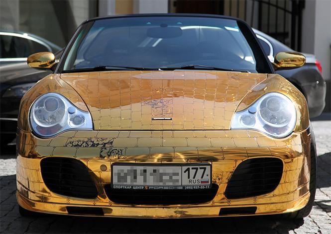 Денис Симачев является творческим художником, который делает не только внешний вид Porsche 996 Turbo Cabriolet, а также внутренний интерьер, который в настоящее время вся покрыта сусальным золотом.  Pоскошное Золотой Porsche 996 Turbo Cabriolet 0011
