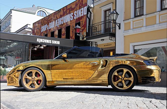 Денис Симачев является творческим художником, который делает не только внешний вид Porsche 996 Turbo Cabriolet, а также внутренний интерьер, который в настоящее время вся покрыта сусальным золотом.  Pоскошное Золотой Porsche 996 Turbo Cabriolet 0021