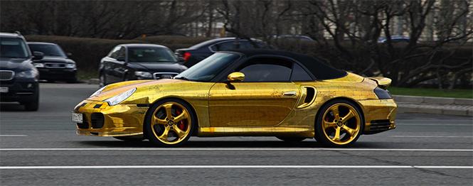 Денис Симачев является творческим художником, который делает не только внешний вид Porsche 996 Turbo Cabriolet, а также внутренний интерьер, который в настоящее время вся покрыта сусальным золотом.  Pоскошное Золотой Porsche 996 Turbo Cabriolet 0031