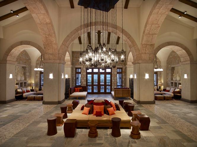 Это элитарное место площадью 7000 квадратов было декорировано дизайнером Алексеем Кузьминым, который работал от имени архитектурного предприятия Сретенка.