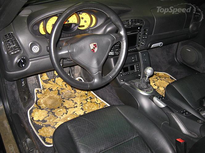 Денис Симачев является творческим художником, который делает не только внешний вид Porsche 996 Turbo Cabriolet, а также внутренний интерьер, который в настоящее время вся покрыта сусальным золотом.  Pоскошное Золотой Porsche 996 Turbo Cabriolet 0041