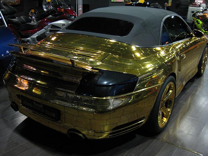 Денис Симачев является творческим художником, который делает не только внешний вид Porsche 996 Turbo Cabriolet, а также внутренний интерьер, который в настоящее время вся покрыта сусальным золотом.  Pоскошное Золотой Porsche 996 Turbo Cabriolet 006