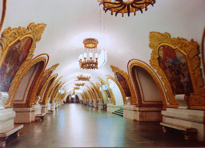 """Рабочие станции, являются галереей советского реалистического искусства и часто упоминаются как """"мраморный дворец для народа""""."""