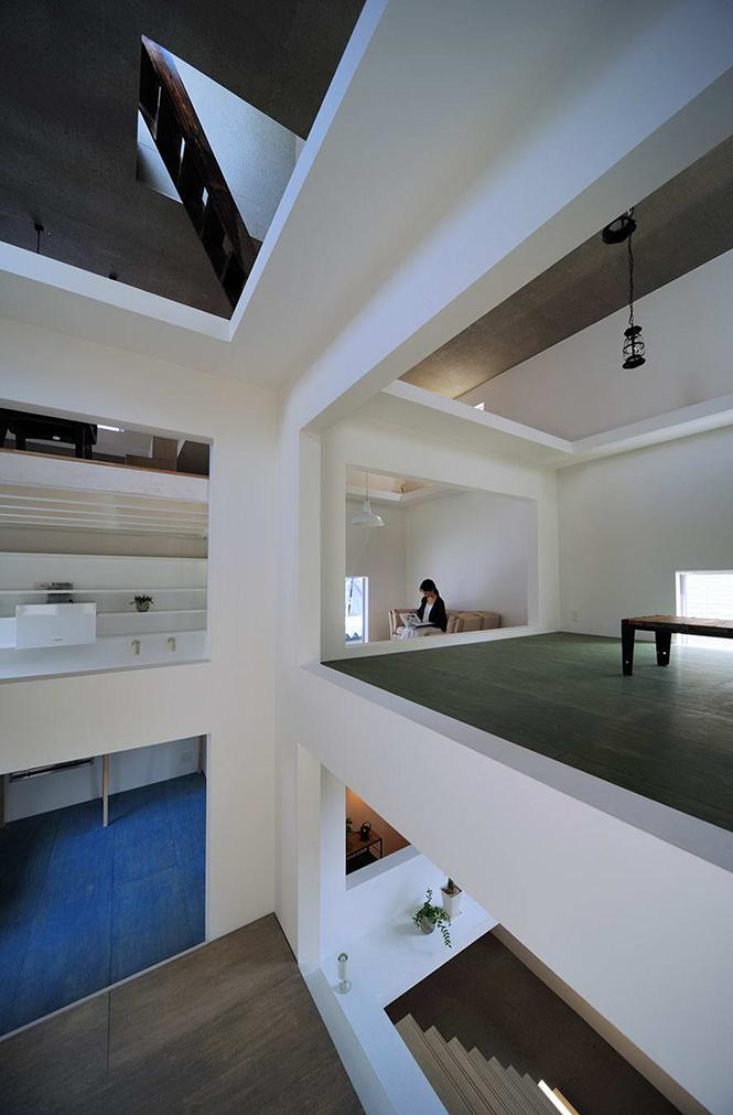 Дом Т (House T) в Японии от Hiroyuki Shinozaki Architects. Этот небольшой дом практически не имеет фасадов, он с четырёх сторон окружён узкими пешеходными проходами, отделяющими его от соседних зданий, и открыт лишь частично со стороны входа.