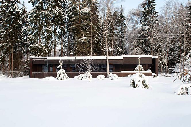 Архитектор Сергей Наседкин спроектировал этот загородный дом в Подмосковье, Россия Его площадь составляет 210 кв.м Индустриальные методы проектирования и строительства применялись в работе