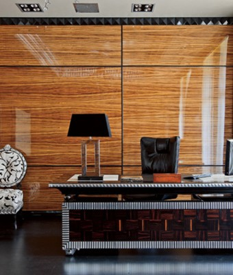 Стены гостиной, столовой и кухни, а также колонны декорированы буазери из эбенового дерева. Буазери, покрытые несколькими слоямилака до достижения зеркального блеска, были сделаны по специальному заказу на фабрике Francesco Molon.  Парадный интерьер в стиле ар-деко – Елена Белкова                           1 340x400