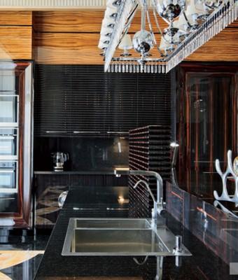 Стены гостиной, столовой и кухни, а также колонны декорированы буазери из эбенового дерева. Буазери, покрытые несколькими слоямилака до достижения зеркального блеска, были сделаны по специальному заказу на фабрике Francesco Molon.  Парадный интерьер в стиле ар-деко – Елена Белкова                           3 340x400