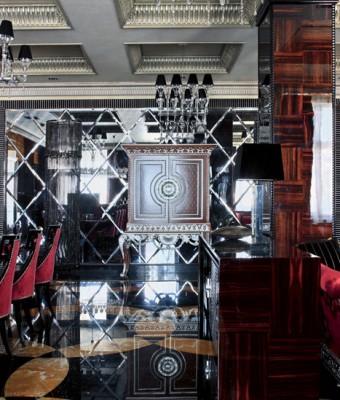 Стены гостиной, столовой и кухни, а также колонны декорированы буазери из эбенового дерева. Буазери, покрытые несколькими слоямилака до достижения зеркального блеска, были сделаны по специальному заказу на фабрике Francesco Molon.  Парадный интерьер в стиле ар-деко – Елена Белкова                          2 2 340x400