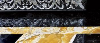 Стены гостиной, столовой и кухни, а также колонны декорированы буазери из эбенового дерева. Буазери, покрытые несколькими слоямилака до достижения зеркального блеска, были сделаны по специальному заказу на фабрике Francesco Molon.