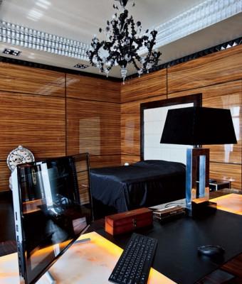 Стены гостиной, столовой и кухни, а также колонны декорированы буазери из эбенового дерева. Буазери, покрытые несколькими слоямилака до достижения зеркального блеска, были сделаны по специальному заказу на фабрике Francesco Molon.  Парадный интерьер в стиле ар-деко – Елена Белкова                          2 5 340x400