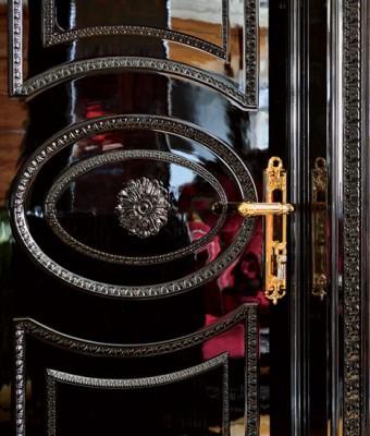 Стены гостиной, столовой и кухни, а также колонны декорированы буазери из эбенового дерева. Буазери, покрытые несколькими слоямилака до достижения зеркального блеска, были сделаны по специальному заказу на фабрике Francesco Molon.  Парадный интерьер в стиле ар-деко – Елена Белкова                          2 6 340x400