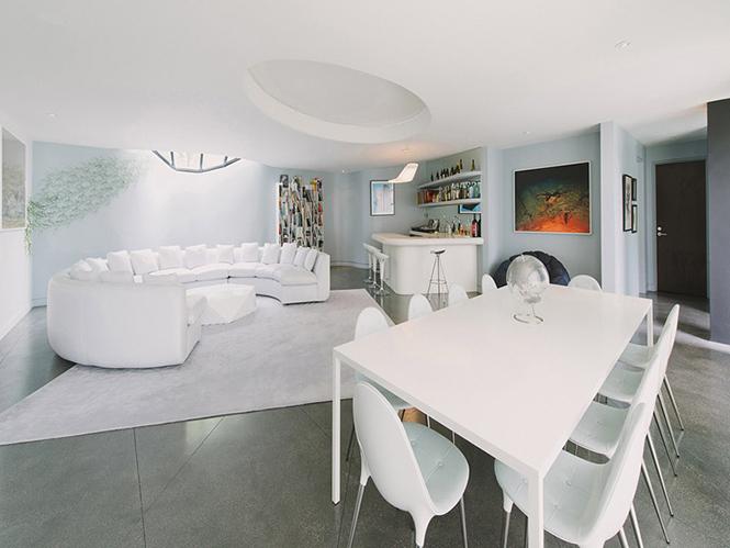 Архитектурная студия New Theme выполнила дизайн частного дома по заказу фотографа Jill Greenberg и его жены Robert Green в Лос-Анджелесе, Калифорния, США.