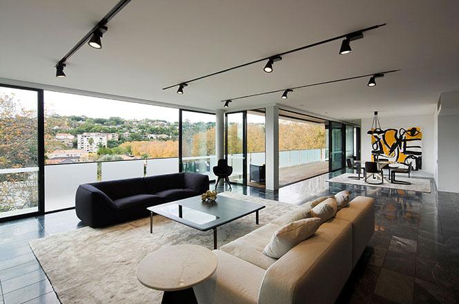Проект выполнен австралийской фирмой Jaa Studio и слегка «приподнят» над уровнем земли.