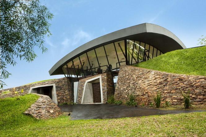 Два дома в Луке (Two Homes in Luque) в Парагвае от BAUEN. В этом проект авторы пытаются найти защищённое пространство для человека с учётом топографии, растительности и тропического климата, предлагая реальное биоклиматическое решение, обращающееся к традиционному для Парагвая образу жизни в гармонии с окружающей средой.  Два дома в Луке (Two Homes in Luque) в Парагвае от BAUEN                             Two Homes in Luque                          BAUEN 17
