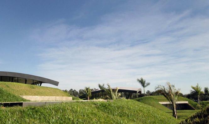 Два дома в Луке (Two Homes in Luque) в Парагвае от BAUEN. В этом проект авторы пытаются найти защищённое пространство для человека с учётом топографии, растительности и тропического климата, предлагая реальное биоклиматическое решение, обращающееся к традиционному для Парагвая образу жизни в гармонии с окружающей средой.  Два дома в Луке (Two Homes in Luque) в Парагвае от BAUEN                             Two Homes in Luque                          BAUEN 2