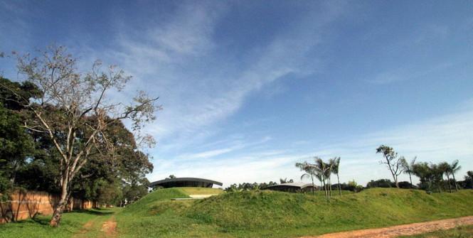 Два дома в Луке (Two Homes in Luque) в Парагвае от BAUEN. В этом проект авторы пытаются найти защищённое пространство для человека с учётом топографии, растительности и тропического климата, предлагая реальное биоклиматическое решение, обращающееся к традиционному для Парагвая образу жизни в гармонии с окружающей средой.  Два дома в Луке (Two Homes in Luque) в Парагвае от BAUEN                             Two Homes in Luque                          BAUEN 3