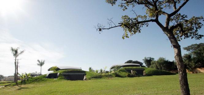 Два дома в Луке (Two Homes in Luque) в Парагвае от BAUEN. В этом проект авторы пытаются найти защищённое пространство для человека с учётом топографии, растительности и тропического климата, предлагая реальное биоклиматическое решение, обращающееся к традиционному для Парагвая образу жизни в гармонии с окружающей средой.  Два дома в Луке (Two Homes in Luque) в Парагвае от BAUEN                             Two Homes in Luque                          BAUEN 4