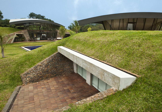 Два дома в Луке (Two Homes in Luque) в Парагвае от BAUEN. В этом проект авторы пытаются найти защищённое пространство для человека с учётом топографии, растительности и тропического климата, предлагая реальное биоклиматическое решение, обращающееся к традиционному для Парагвая образу жизни в гармонии с окружающей средой.