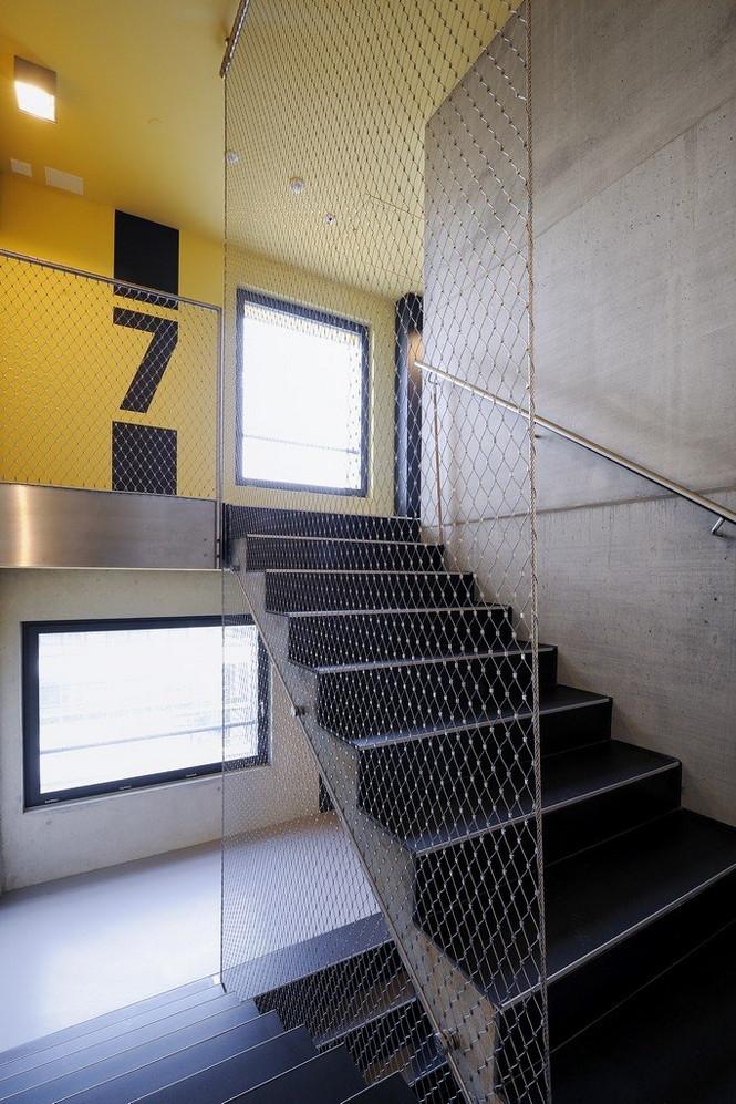 Архитектурное бюро Camenzind Evolution в плотном сотрудничестве со своим клиентом, компанией Swiss Life, создали уникальный проект жилого комплекса на 45 индивидуальных квартир. Основной задачей было разработать квартиры, которые бы обладали индивидуальностью  Жилой Дом с Нескучными Фасадами от Camenzind Evolution                                                                 Camenzind Evolution 26