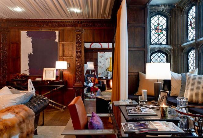Беседка, сделанная из цветных лоскутков, обои, вдохновленные структурой ДНК, -  только несколько примеров приемов, которые использовали дизайнеры на выставке Holiday House в Нью-Йорке. Вот уже пятый раз подряд на шоу Holiday House 20 дизайнеров со всей