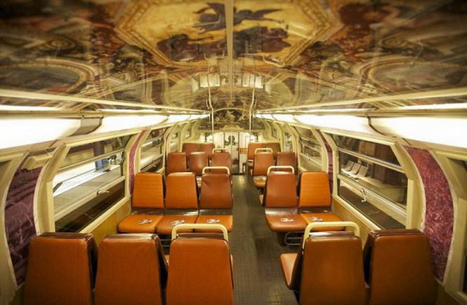 Можно даже не сомневаться, метро & это не место для высокого искусства. В час пик здесь просто нельзя вздохнуть, а когда народ потихоньку разбредется по своим делам, скучающих пассажиров могут поразвлечь рекламные видеоролики.