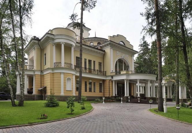 Дом в посёлке Успенское (House in Uspenskoe) в России от архитектурной студии И&Е. Старая подмосковная дача партийных чиновников постройки 1949 года была превращена в усадьбу в стиле русского классицизма.