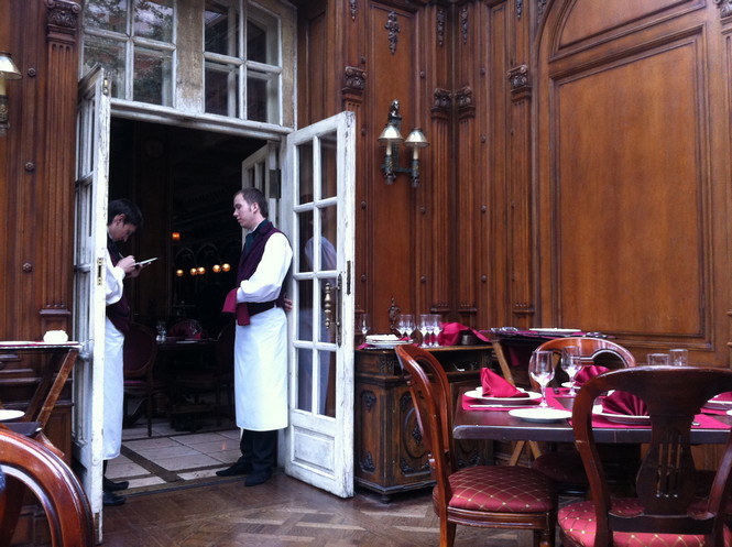 В «Кафе Пушкинъ» принято назначать бизнес-встречи, лакомиться завтраками и устраивать торжественные ужины. Но поводов становится все больше. Например, новые десерты на основе фруктовых щербетов от Эммануэля Риона!