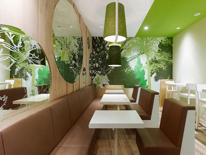 Веселая графика  и  свежее  сочетание зеленого, белого и коричневого превратили это  место  в  милый  и  современный ресторан.