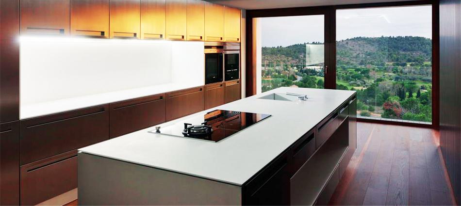 Дом BF (BF House) в Испании от OAB в сотрудничестве с ADI Arquitectura. Этот роскошный дом буквально парит на просторном участке с перепадом высот около 25 метров.