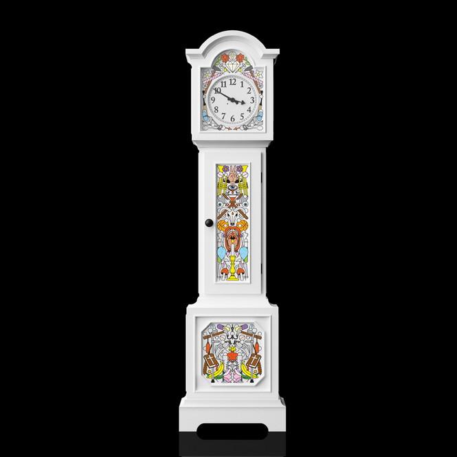Коллекция мебели Altdeutsche Möbel, созданная дизайнерами Studio Job для компании Moooi, состоящей из сундука, высоких часов с маятником и шкафа.