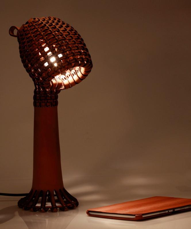Настольная лампа Akob от сингапурского дизайнера  Tjiang Supertini создана с применением технологий плетения корзин, традиционных для Юго-Восточной Азии.