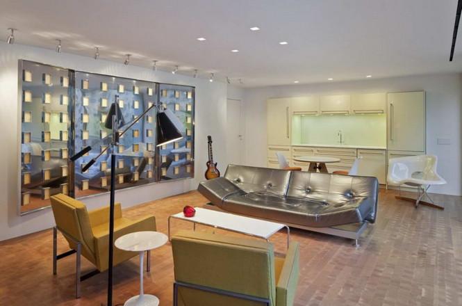 Реконструкция Wiley House в США от Philip Johnson и Roger Ferris + Partners. Резиденция супругов Wiley была построена американским архитектором Филиппом Джонсоном (Philip Johnson) всего через три года после завершения его же шедевра - стеклянного дома и в том же городе (Нью-Ханаан). Она представляет из себя стеклянный павильон на каменном подиуме, бассейн и два сарая 19 века.