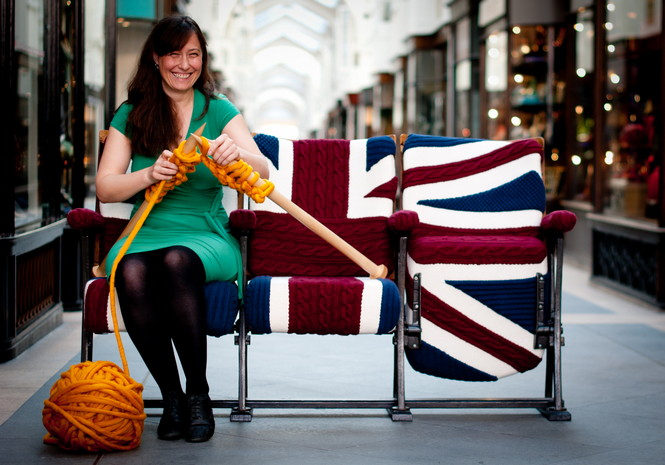 Мелани Портер, британской дизайнер, создаёт современные тенденции дизайна интерьера с большими вязальными спицами и различными материалами для вязания.