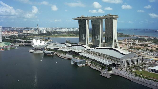 Этот отель, находящийся в Сингапуре, конечно, является одним из самых люксовых гостиниц мира. Что не удивительно, ведь за 4 года строительства и почти 6 миллиардов истраченных вечнозеленых единиц архитектор Moshe Safdie оправдал возложенную на него миссию. Комплекс Marina Bay Sands, состоящий из трех высоток, имеет единую крышу в форме гигантской лодки, здесь раскинулась зона отдыха Скайпарк с шикарным 150-метровым (в три раза длиннее олимпийского) бассейном «без бортиков».