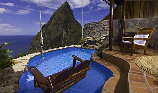 Небольшой и очень романтичный отель разместился на берегу Карибского моря, на острове Сент-Люсия. Он стоит у берега моря на высоком холме, поросшем манговыми деревьями. С холма открывается потрясающий вид на Карибское море и знаменитые горы-близнецы Питоны, отвесно поднимающиеся из воды. Комнаты украшены произведениями искусства и обставлены французской мебелью XIX века.