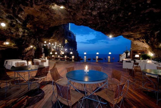 Четырёхзвёздочный отель Grotta Palazzese (Гротта Палаццезе) расположен в Италии, в средневековом городке Полиньяно а Маре, в 30 км от города Бари, на скале высотой 24 метра. Ресторан отеля находится в естественной пещере - Грот Палаццезе, в честь которой отель получил свое название.