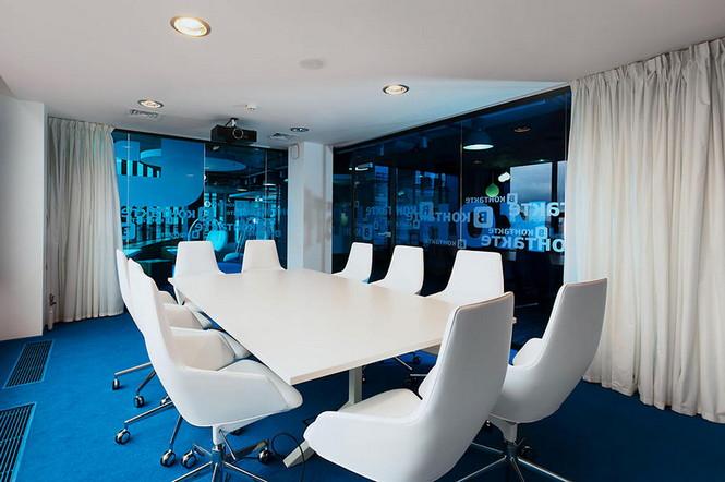 Головной офис популярной русской социальной сети «В Контакте» расположен в Санкт-Петербурге. Дизайн интерьера этого офиса поражает своей оригинальностью.