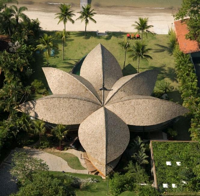 Дом из лепестков (The Leaf House) в Бразилии