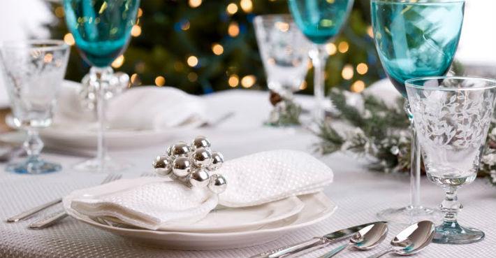ИДЕИ СЕРВИРОВКИ СТОЛА: НОВЫЙ ГОД 2015 Interiors Christmas Table Light Sapphire Blue and Silver