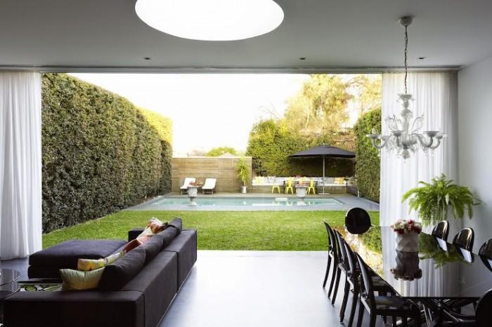 Дизайн современной гостинной и двора от Грега Натала. Яркие цвета контрастируюшие с черным и белым.