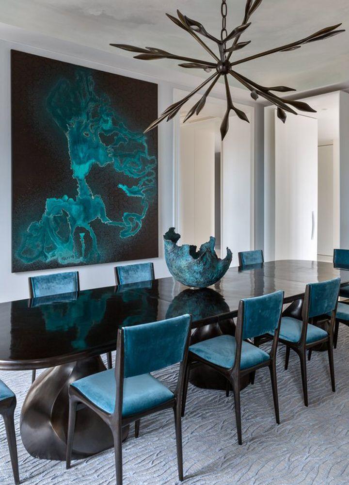 Овальный обеденный стол в темных сияющих оттенках, которые безупречно сочетаются с яркими цветами  ТОП 20 СОВРЕМЕННЫХ ОБЕДЕННЫХ СТОЛОВ 46