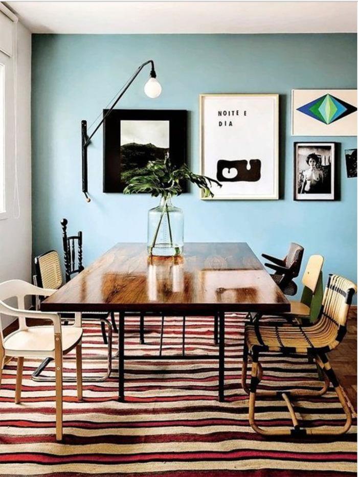 Прямоугольная форма, блестящая поверхность дерева и простые металические ножки - пример традиционного обеденного стола  ТОП 20 СОВРЕМЕННЫХ ОБЕДЕННЫХ СТОЛОВ 56