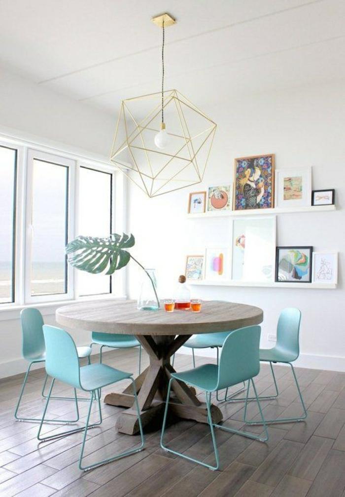 Круглый деревяный стол в светлых натуральных цветах с металлическими дополнениями и яркими стульями для забавной столовой  ТОП 20 СОВРЕМЕННЫХ ОБЕДЕННЫХ СТОЛОВ 96