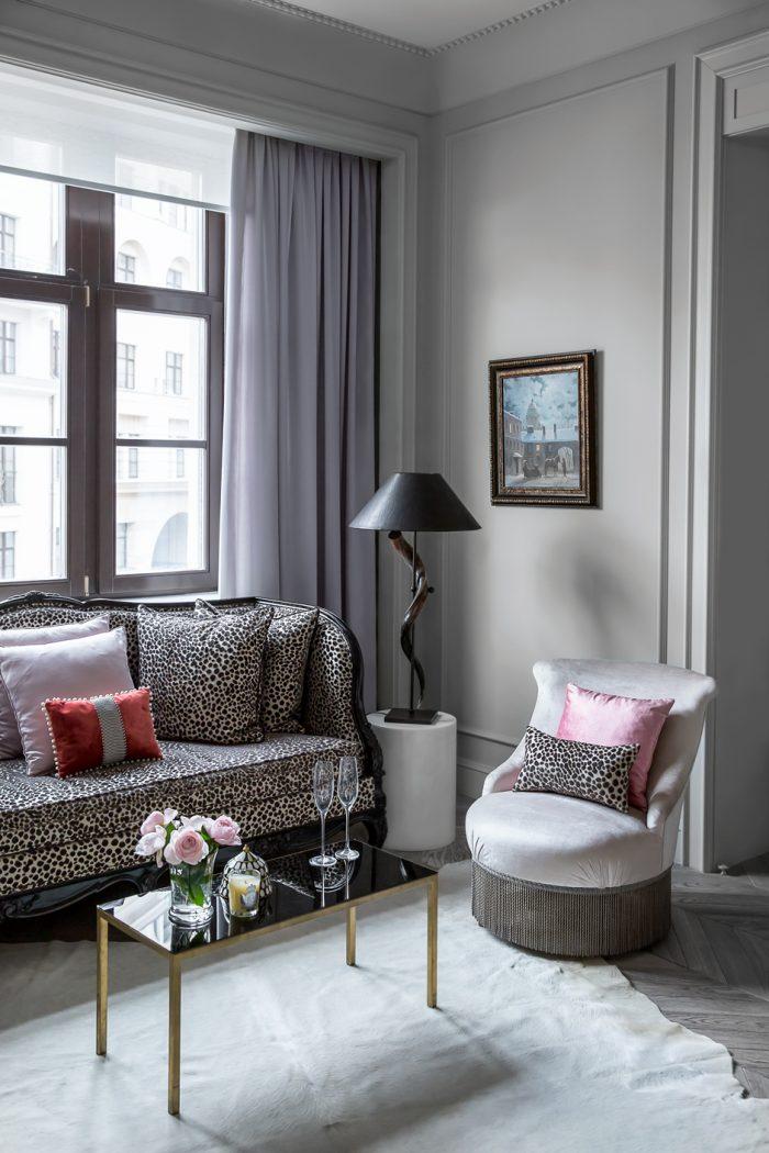 Гостиная. Диван, Mis en Demeure. Придиванные тумбы из мрамора выполнены по эскизам дизайнера. Столик, кресла и светильник — винтаж.
