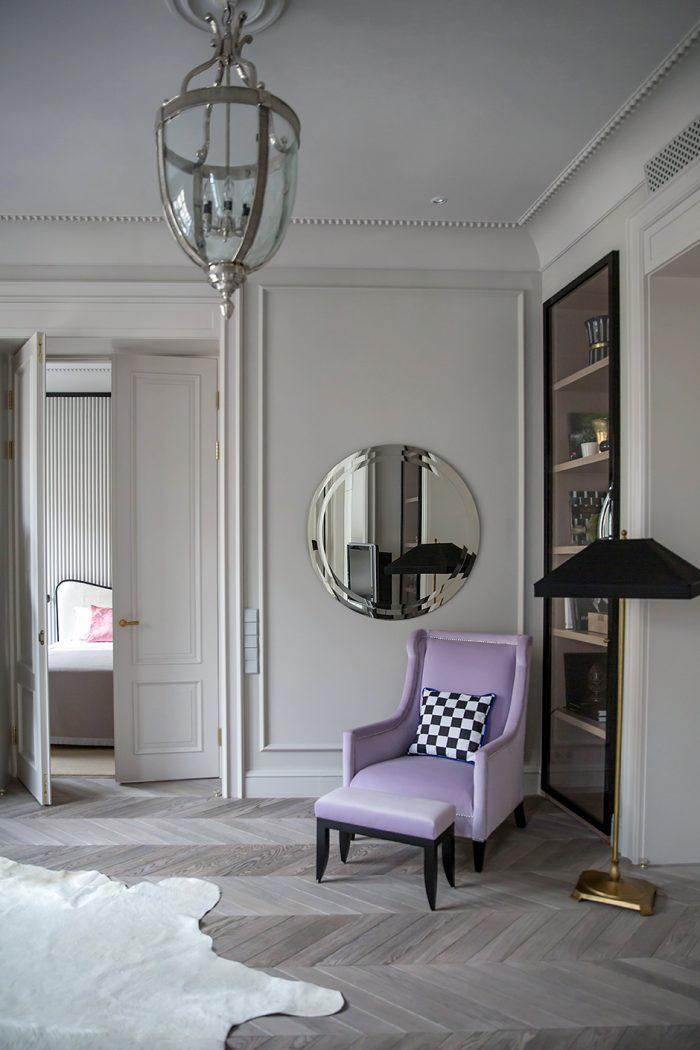 Фрагмент гостиной. Кресло и пуф, Andrew Martin. Торшер, Baker. Люстра, Eichholtz. Зеркало сделано по эскизам дизайнера.